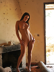 Skinny babe demonstrates her nude skinny body
